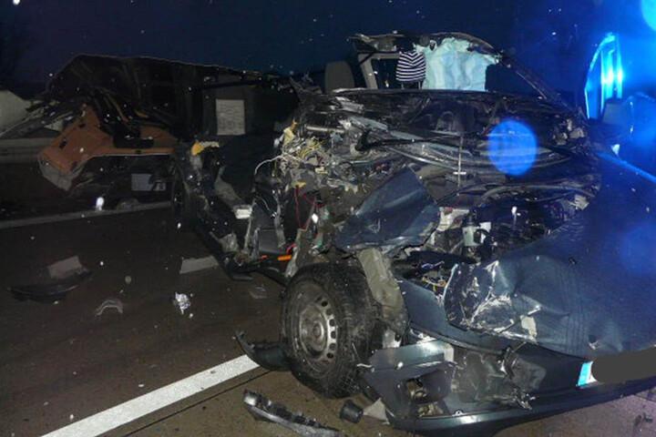 Unfassbar! Der Fahrer des Wagens konnte sich selbst befreien - nahezu unverletzt.