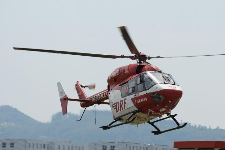 Ein Rettungshubschrauber brachte die lebensgefährlich verletzte Frau in eine Spezialklinik. (Symbolbild)