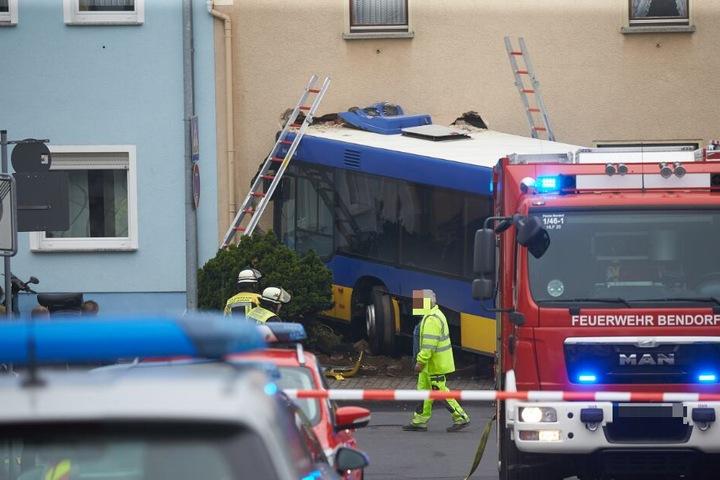 Bei dem Unfall wurden der Fahrer und ein Businsasse leicht verletzt.