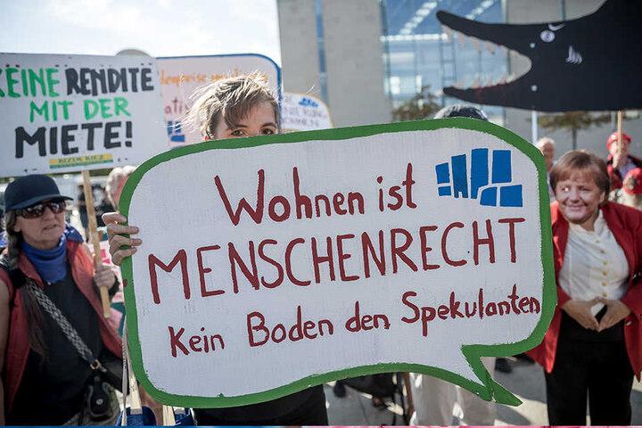"""Demonstranten des """"Bündnis #Mietenwahnsinn"""" stehen im September 2018 vor Beginn des Wohngipfels vor dem Bundeskanzleramt in Berlin."""