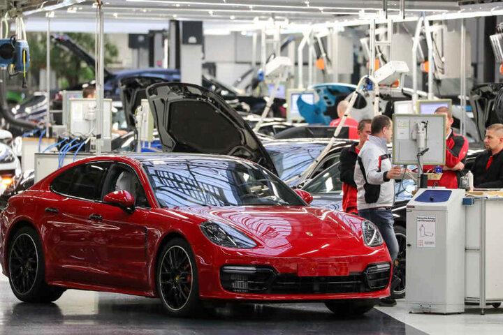 Mitarbeiter des Porsche Werk Leipzig auf dem so genannten Prüffeld.