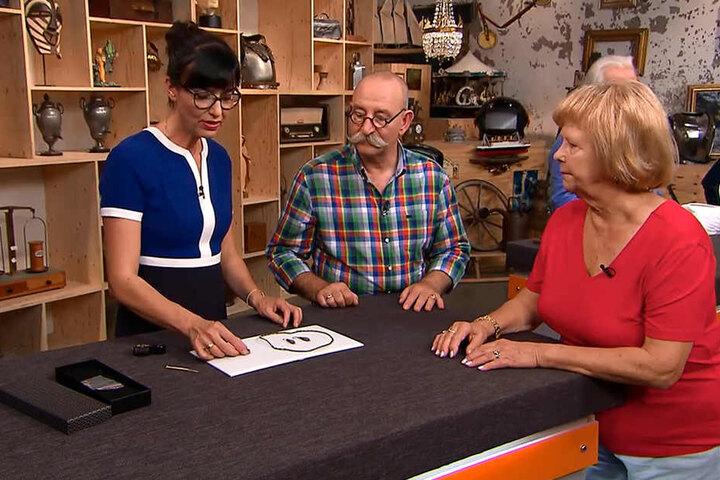 """Gisela Bernhardt (76, r.) aus Limbach-Oberfohna war in der Sendung """"Bares für Rares"""" im ZDF."""
