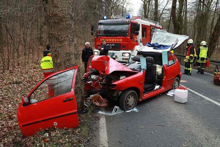 Der VW-Fahrer kam mit schweren Verletzungen ins Krankenhaus.