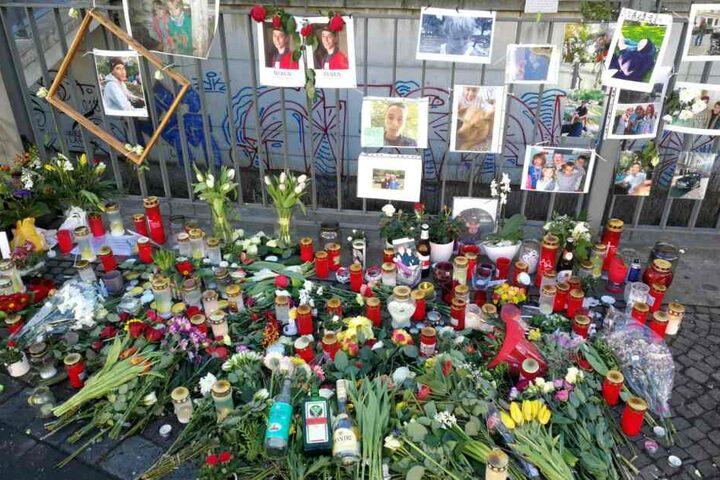 Auch am Samstag sind Kerzen, Fotos und Briefe noch immer am Unglücksort zu finden.