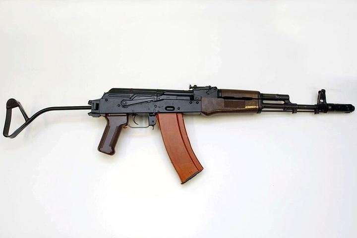 """So eine Kalaschnikow """"AK-47"""" hatte sich die Bande besorgt."""