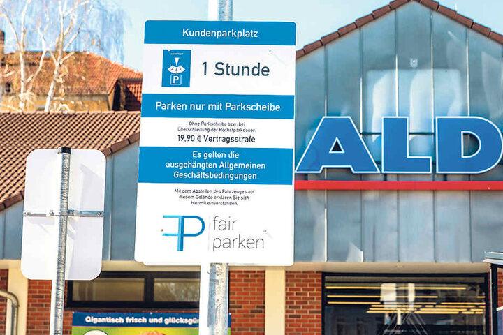 """Gut sichtbare Schilder auf den Parkplätzen warnen Kunden vor der 19,90 Euro  hohen """"Vertragsstrafe""""."""