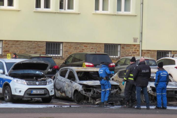 Ermittler untersuchen am Montagmorgen die drei teilweise komplett ausgebrannten Autos des Ordnungsamtes.
