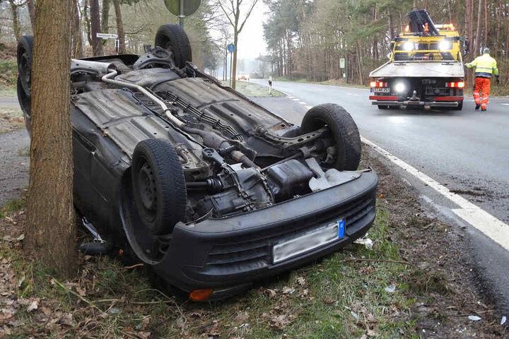 Der Fahrer konnte sich aus seinem Wrack befreien.