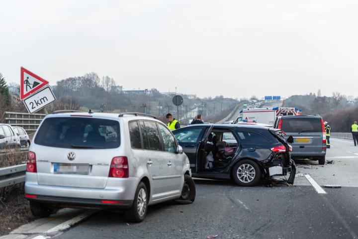 Zeitweise waren alle drei Autobahnspuren gesperrt.