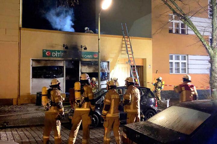 Die Einsatzkräfte brachten nach rund einer Stunde das Feuer in Koca Sinan Camii-Moschee unter Kontrolle.