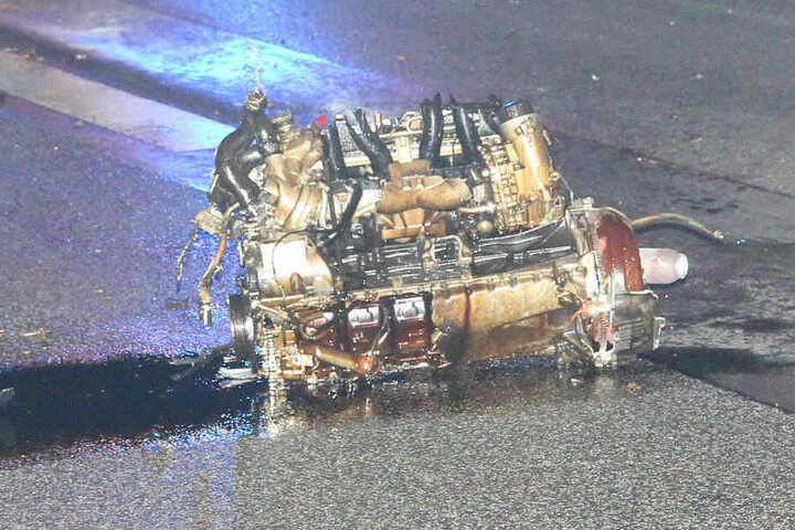 Der Motor wurde durch den Aufprall herausgerissen.