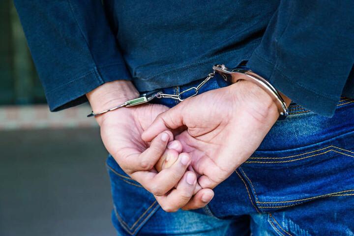 Am Abend sei der Mann schließlich festgenommen worden, die Frau und das Kind seien unverletzt geblieben, teilte die Polizei mit. (Symbolbild)