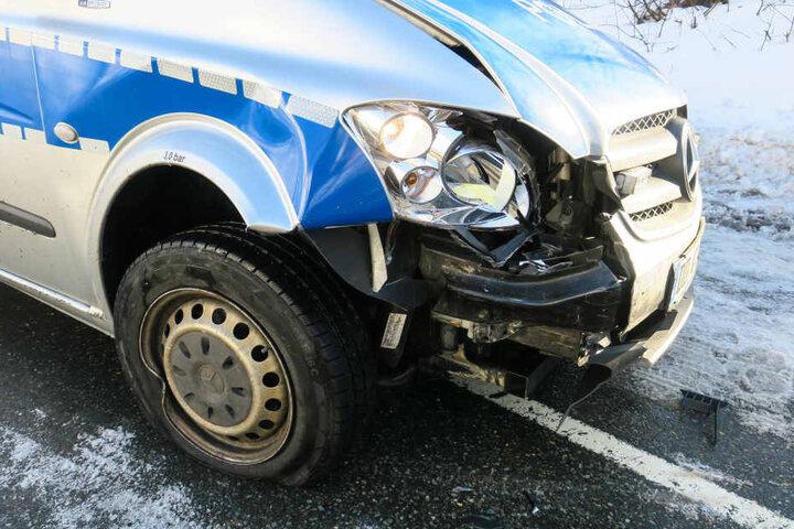 Der Streifenwagen wurde auf der Beifahrerseite beschädigt.