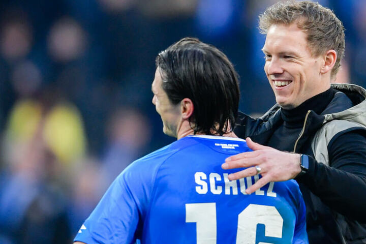 Hoffenheim-Coach Julian Nagelsmann (rechts im Bild) herzt Außenverteidiger Nico Schulz.