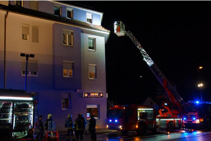 Die Feuerwehr löscht mit einer Drehleiter den Brand.