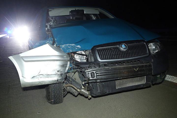 Im demolierten Skoda klemmt nach dem Crash der Kotflügel des Opel.