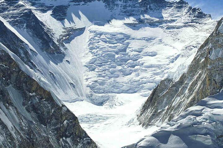 Verschwindet der Schnee, werden leblose menschliche Körper sichtbar.