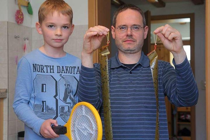 Daniel Steinmüller (46) zeigt mit Sohn Johann (8) die Waffen der Anwohner.