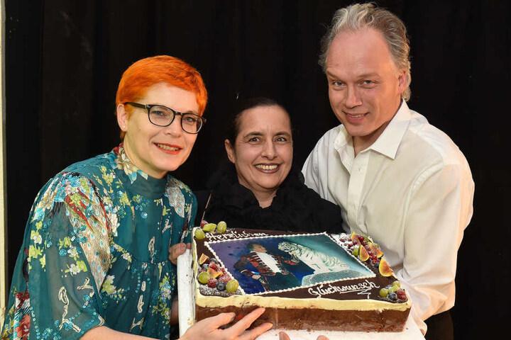 Glückwünsche für die Zukunft. Katrin Koch (l.) und Sabine Dietmann von der Morgenpost gratulierten mit einer schmackhaften Torte André Sarrasani zum Geburtstag.