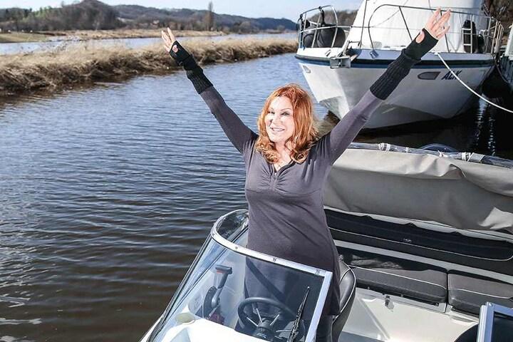 Zora Schwarz reißt die Arme hoch und jubelt - Motorboot fahren ist gar nicht so schwer!