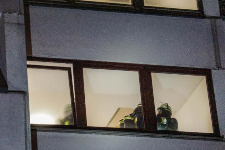 Einsatzkräfte drangen mit Atemschutzausrüstung ins Gebäude vor.