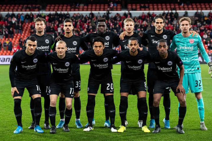 Im Europapokal weicht die Eintracht in der Regel auf ein komplett schwarzes Laibchen aus.
