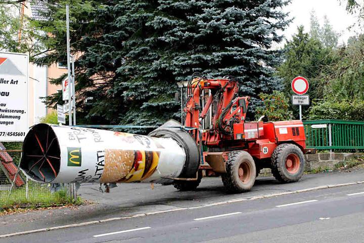 Die Litfaßsäule landete vor der Einfahrt eines Bereitschafts-Betriebes - dessen Mitarbeiter sie sofort von der Straße entfernten.