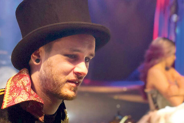 Antiheld-Sänger Luca Opifanti beim Dreh auf der Showbühne im Sarrasani-Zelt.
