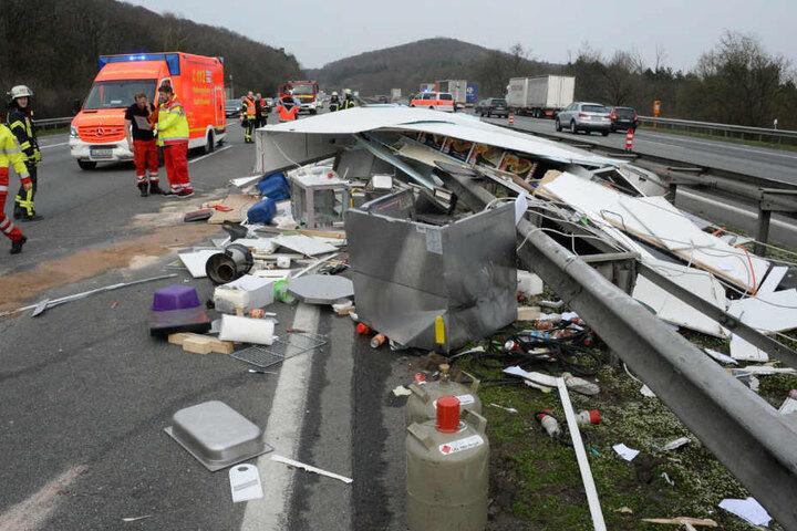 Der Imbisswagen blieb völlig zerstört auf der Mittelleitplanke liegen.