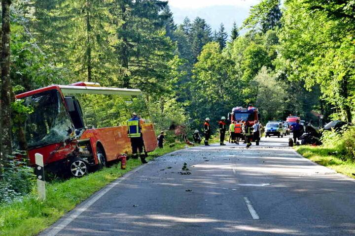 Linienbus und Auto stoßen zusammen - mehrere Verletzte