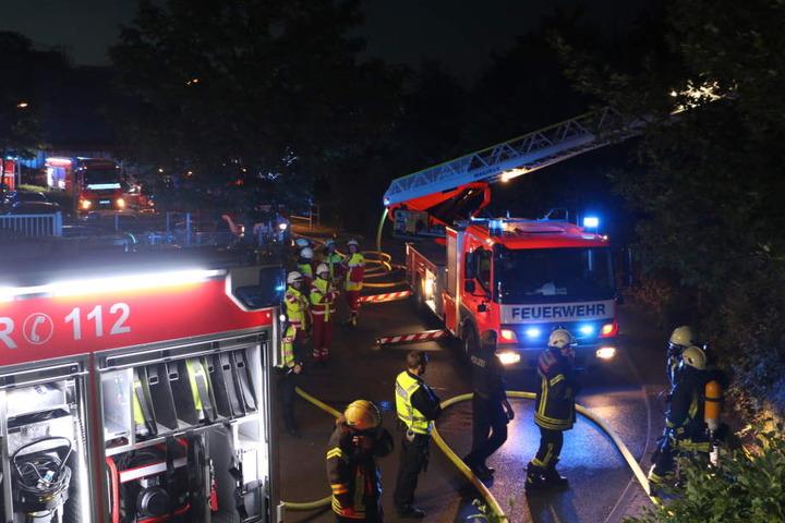 Die Kölner Feuerwehr am Donnerstagabend im Einsatz.