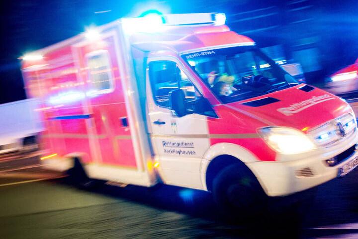 Zwei Polizisten wurden mit leichten Verletzungen ins Krankenhaus gebracht. (Symbolbild)