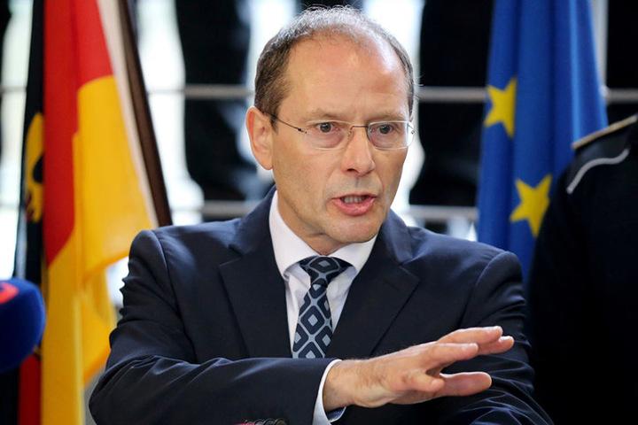 Innenminister Markus Ulbig übergab die am Dienstag die Bescheide.
