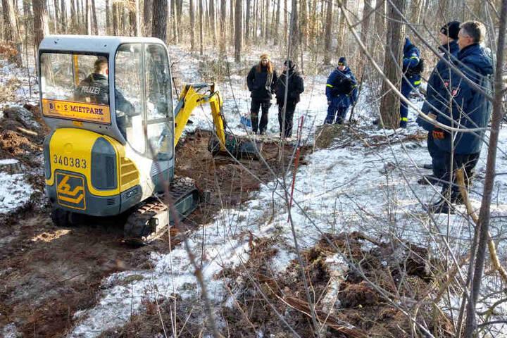 Die Polizei sucht mithilfe eines Baggers in einem Wald bei Bergen an der Dumme nach der vermissten Katrin Konert.
