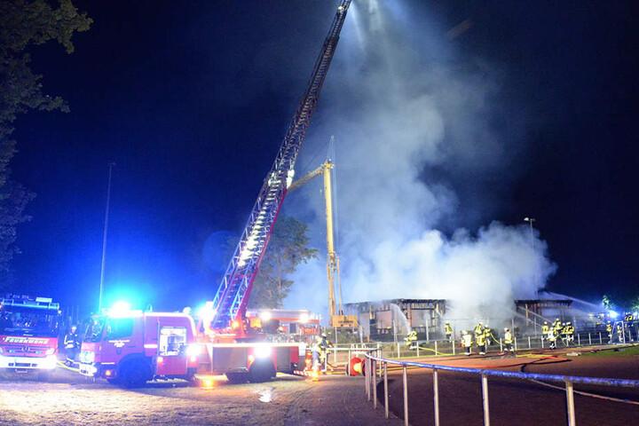 Fast 100 Feuerwehrmänner waren vor Ort im Einsatz.