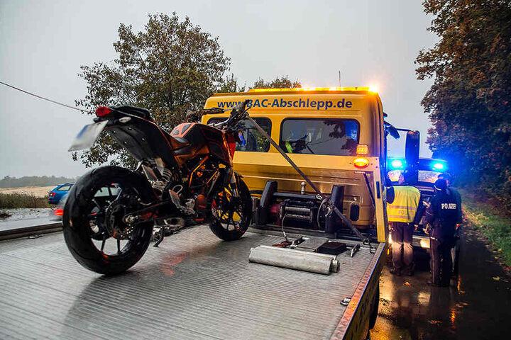Das Motorrad musste nach den Unfall abgeschleppt werden.