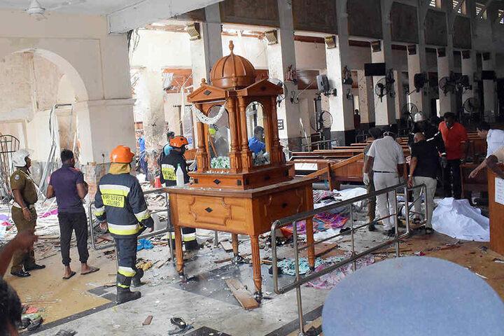 Hilfskräfte arbeiten in der beschädigten St.-Antonius-Kirche .