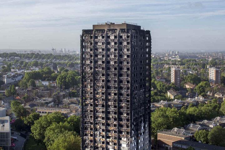 Noch immer sind Rettungskräfte in dem abgebrannten Sozialbau im Stadtteil Kensington im Einsatz.