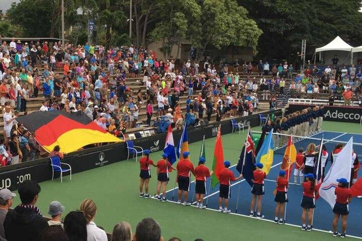 Die Deutsche Tennisspielerin Andrea Petkovic (r) zeigt beim Absingen der Nationalhymne bei der Fed-Cup Begegnung gegen die USA in Lahaina (USA) auf die deutschen Fans.