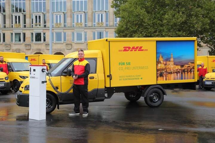 Die Deutsche Post & DHL setzen in Dresden künftig 25 elektrisch  angetriebene Lieferfahrzeuge ein. Paketzusteller Robert Frei (31) zeigte am Montag  eines der Fahrzeuge.