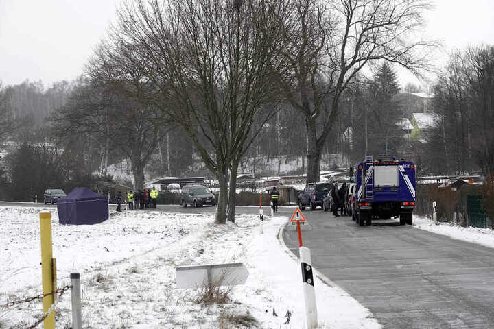 Ein Autofahrer entdeckte am Freitagmorgen eine weibliche Leiche im Straßengraben der Zuger Straße zwischen Brand-Erbisdorf und Ortsteil Zug.