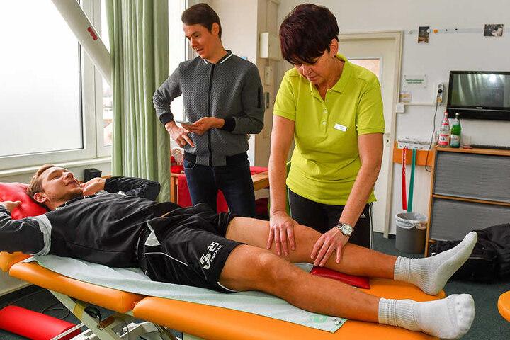 Physiotherapeutin Heike Noack tastet das verletzte linke Knie ab, Robert Koch beantwortet derweil die Fragen von TAG24-Reporter Michael Thiele.