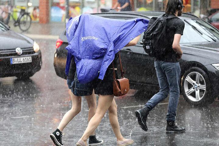 Es reichten wenige Sekunden aus, um von oben bis unten nass zu werden. Der starke Wind erschwerte die Sache, sich vor dem Regen zu schützen.