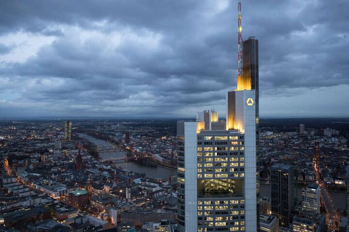 Der Commerzbank-Tower ragt über Frankfurt.