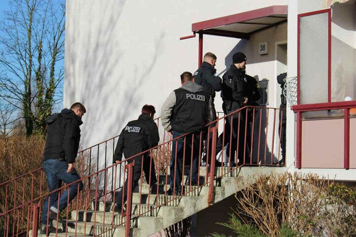 Seit Stunden durchkämmen die Beamten Grünauer Wohnungen, Keller und Autos.