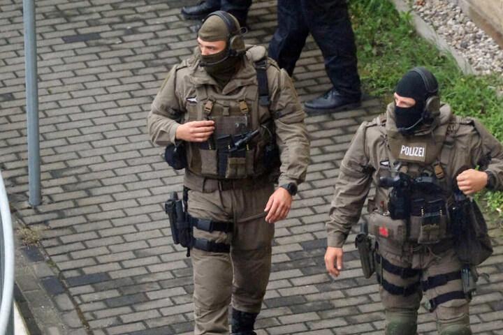 SEK-Beamte patrouillieren während des Rockerprozesses auf dem Innenhof des Leipziger Landgerichts.