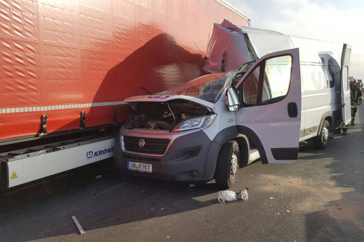 Der Fahrer des Autos wurde schwer verletzt ins Krankenhaus gebracht.