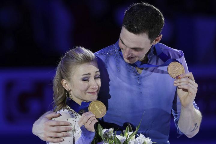 Aljona Savchenko und Bruno Massot mit ihren olympischen Goldmedaillen in Südkorea.