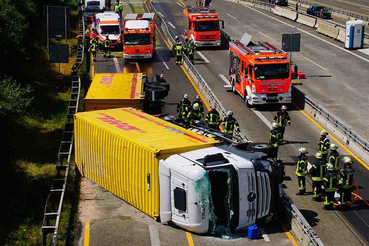 Der Lkw kippte auf die Seite.