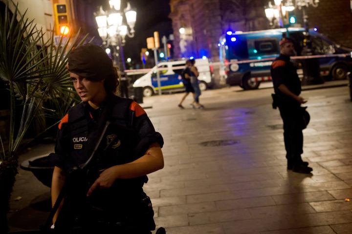 Polizisten auf der Flaniermeile in Barcelona. Hier tötete ein Attentäter am Donnerstagabend 13 Menschen, rund 100 wurden verletzt.